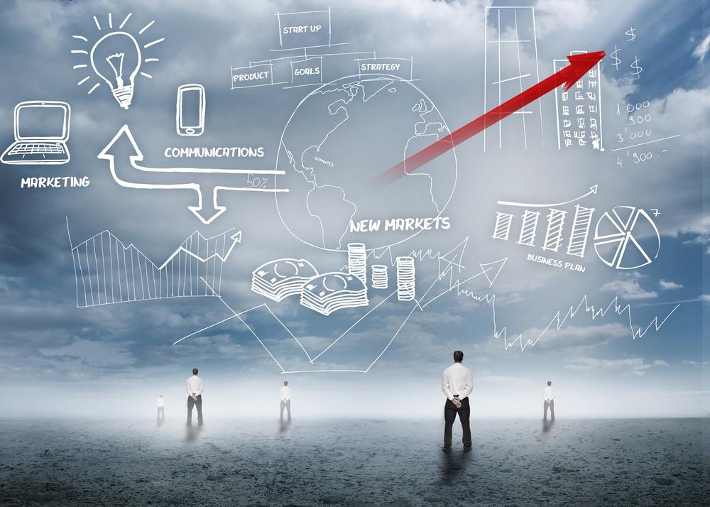Mann schaut auf Chart mit neusten Marketing-Trends am Himmel