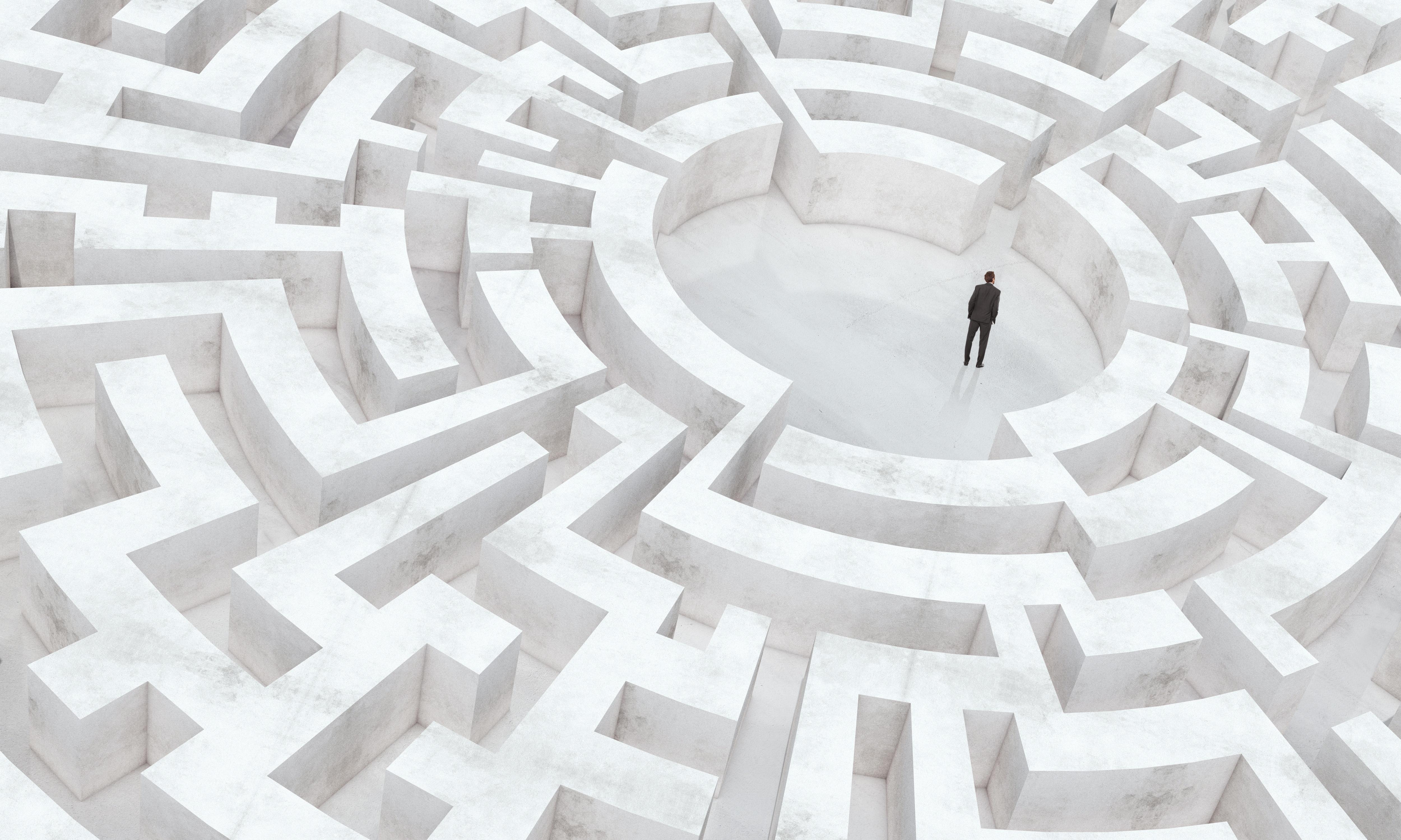 Person sucht Ausgang im Labyrinth